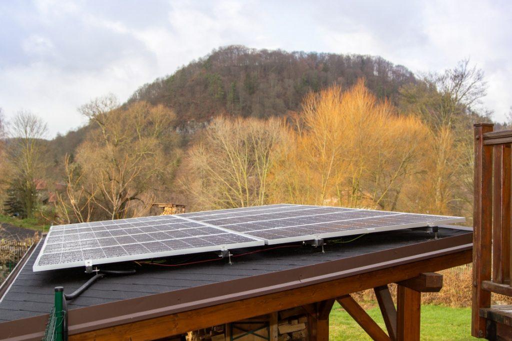 Instalace fotovoltaické elektrárny na přístavku