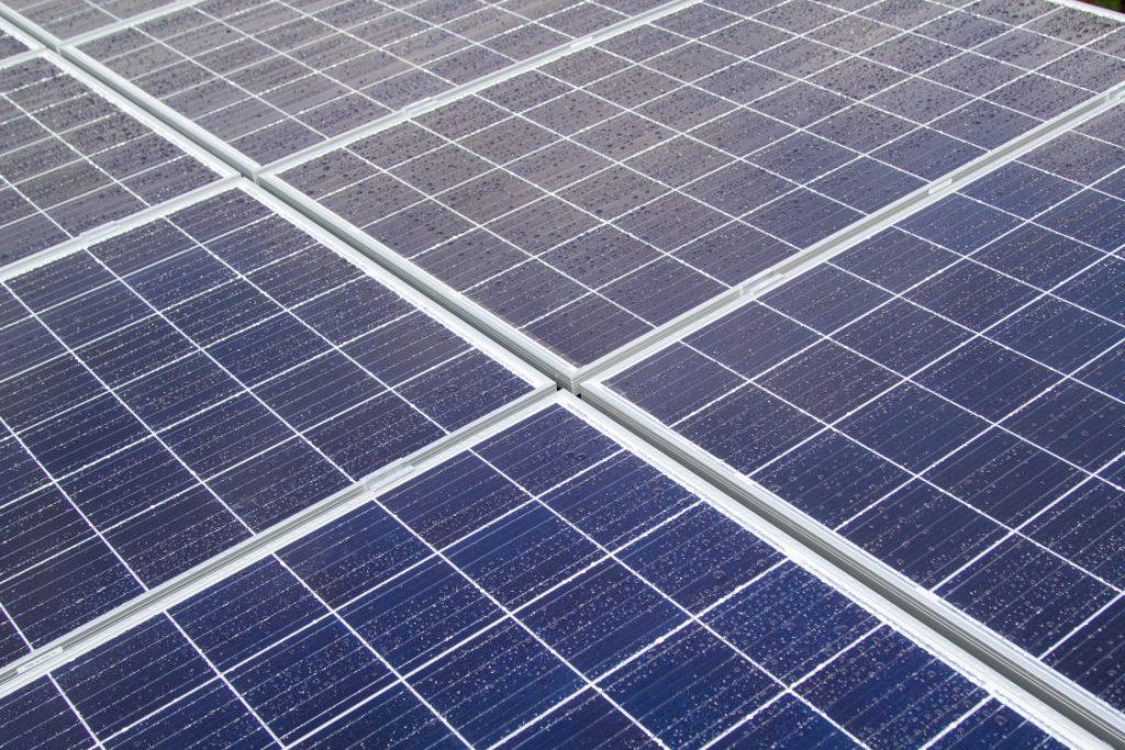 Malá fotovoltaická elektrárna - instalace na střeše přístavku